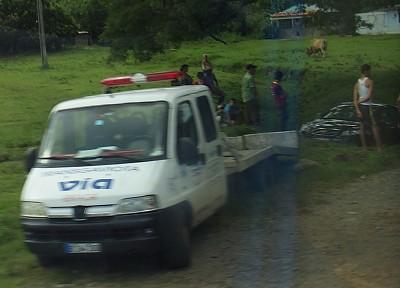 Auto steckt quer in einem senkrecht zur Straße verlaufenden Graben